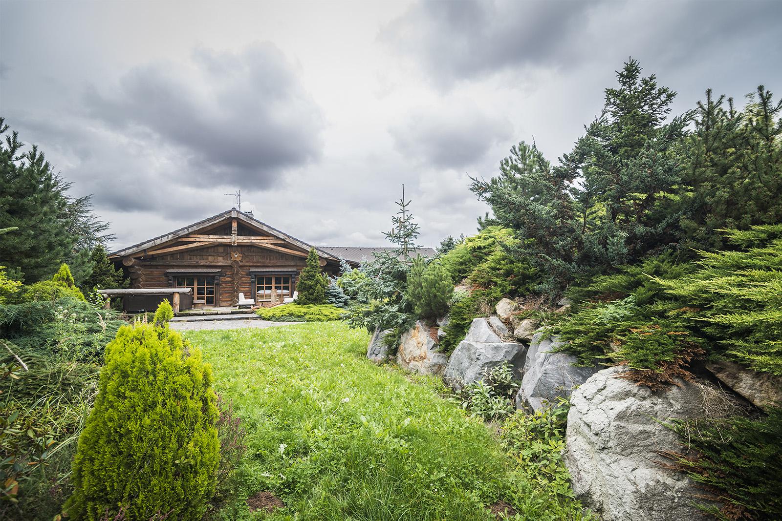 Zahrada v naprostém soukromí srubu líny