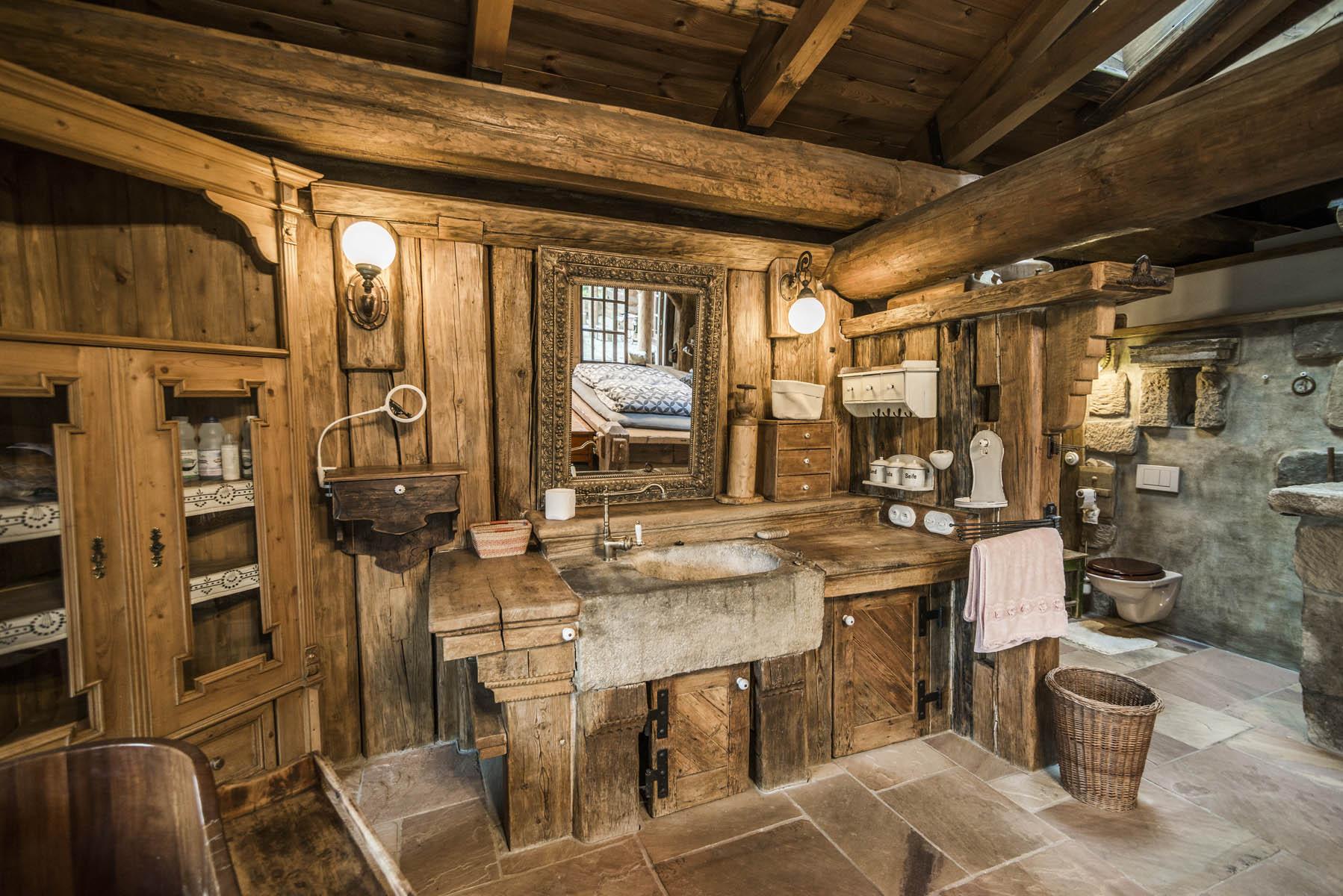 Co víc si přát než koupelnu obloženou masivním dřevem ve srubu Líny