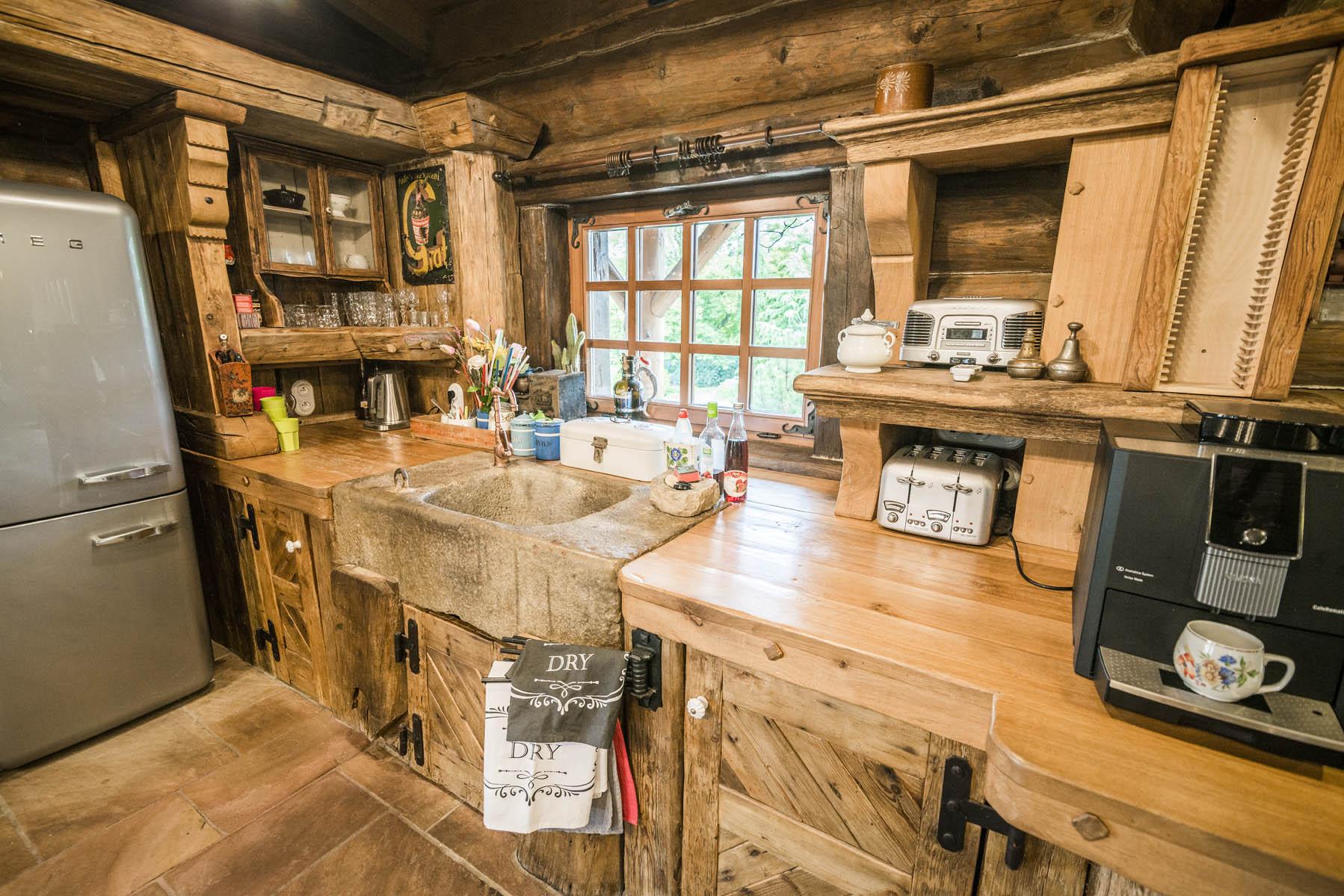 Plně vybavená kuchyň srubu Líny